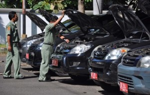 Negara menggunakan mobil dinas untuk keperluan kerja sehari-hari.